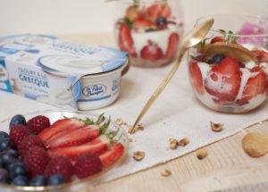 Verrine gourmande : sablé maison, yaourt à la grecque au lait de brebis et fruits rouges