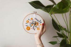 Idée de cadeau pour Pâques : un cadre à broder fleuri