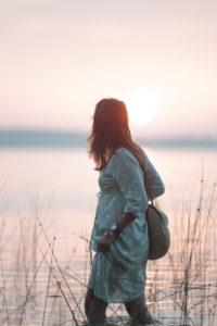 Robe bohème et nuit sur le lac de Lacanau