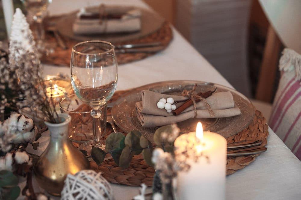 table de no l aux tons naturels fleur de coton eucalyptus cha 39 s hands. Black Bedroom Furniture Sets. Home Design Ideas