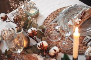 Ma table de Noël aux tons naturels, fleur de coton et eucalyptus