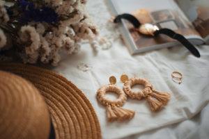 DIY : boucles d'oreilles en raphia oversize