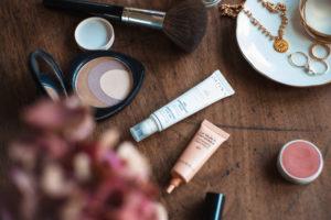 Soins et maquillage pour un teint nude et glowy
