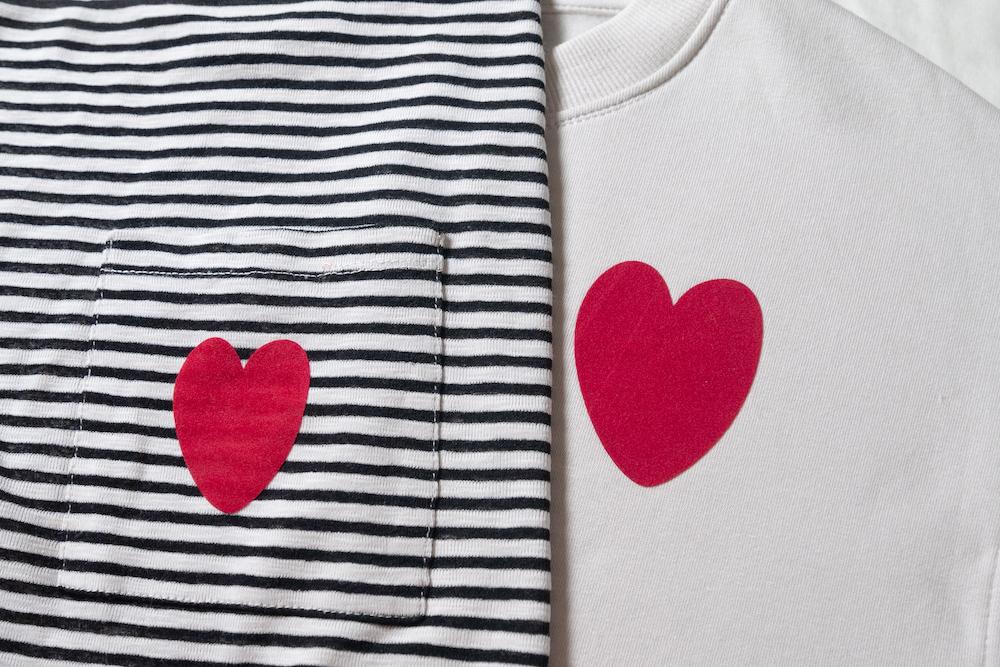 Customiser un sweat avec un cœur rouge en velours